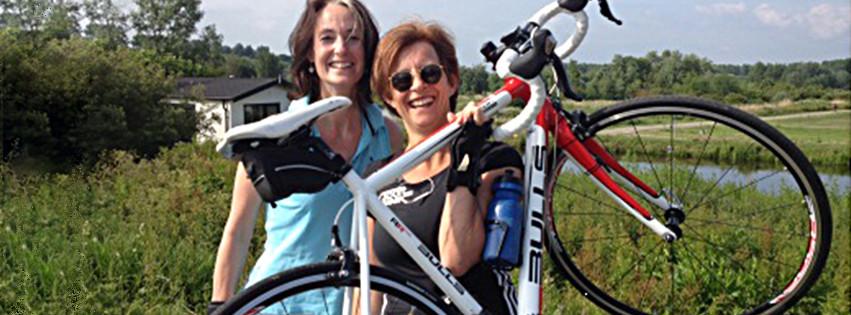 Erica van den Akker en Juliette de Wilde met racefiest