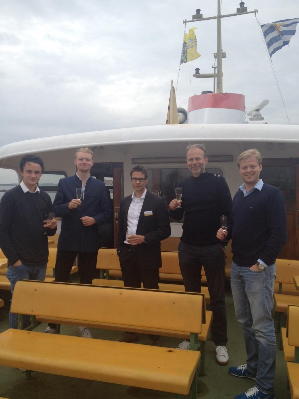Oestermannen op een boot
