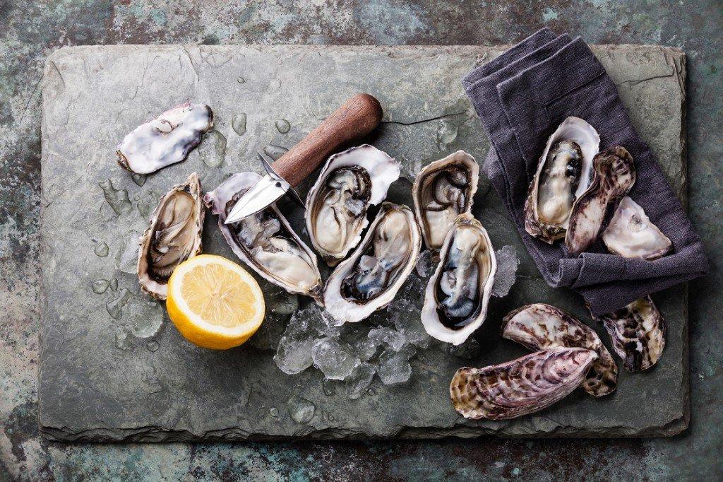 Oesters en oestermes op een hakblok