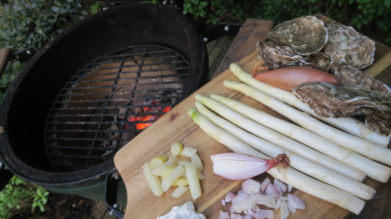 Big Green Egg met oesters en asperges