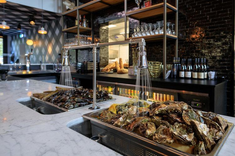 Sylt Seafood - oesters eten Rotterdam - oesterbar met oesters voorgrond