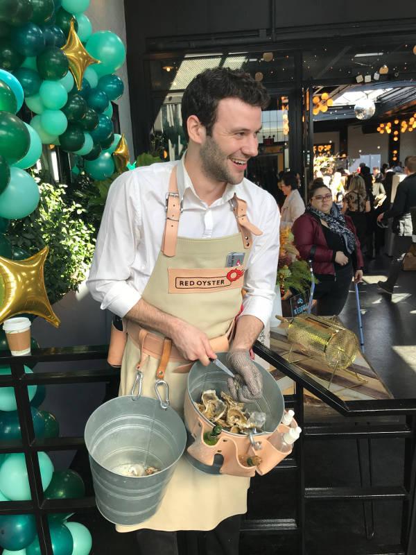 Vrolijke oesterman opent oesters