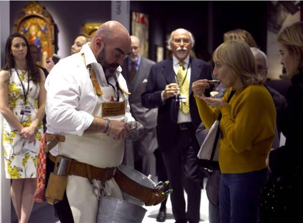 Oesterman Martijn opent oesters voor gasten van een kunstbeurs. Dat is oestertainment van Oestercomoagnie