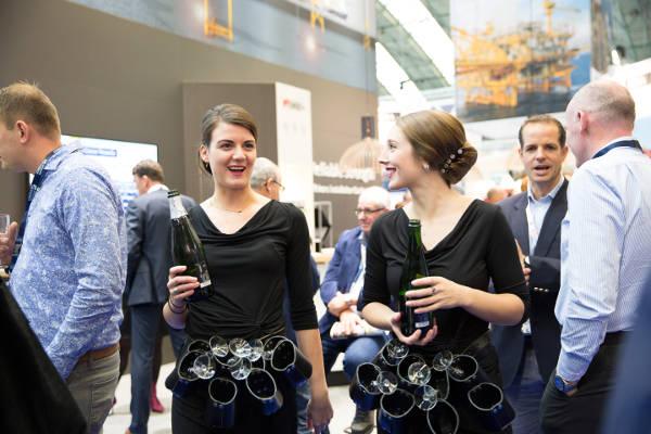 Champagnemeisjes op een beurs - Oestertainment - Oestercompagnie