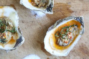 Gegrilde oesters met Chipotle Bourbon boter