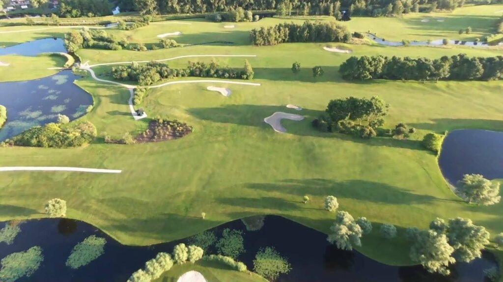 Oestercompagnie deelt oesters uit op golfbaan in warmond voor Ronald mc donald huis Leiden. Je ziet een golfbaan met bunkers