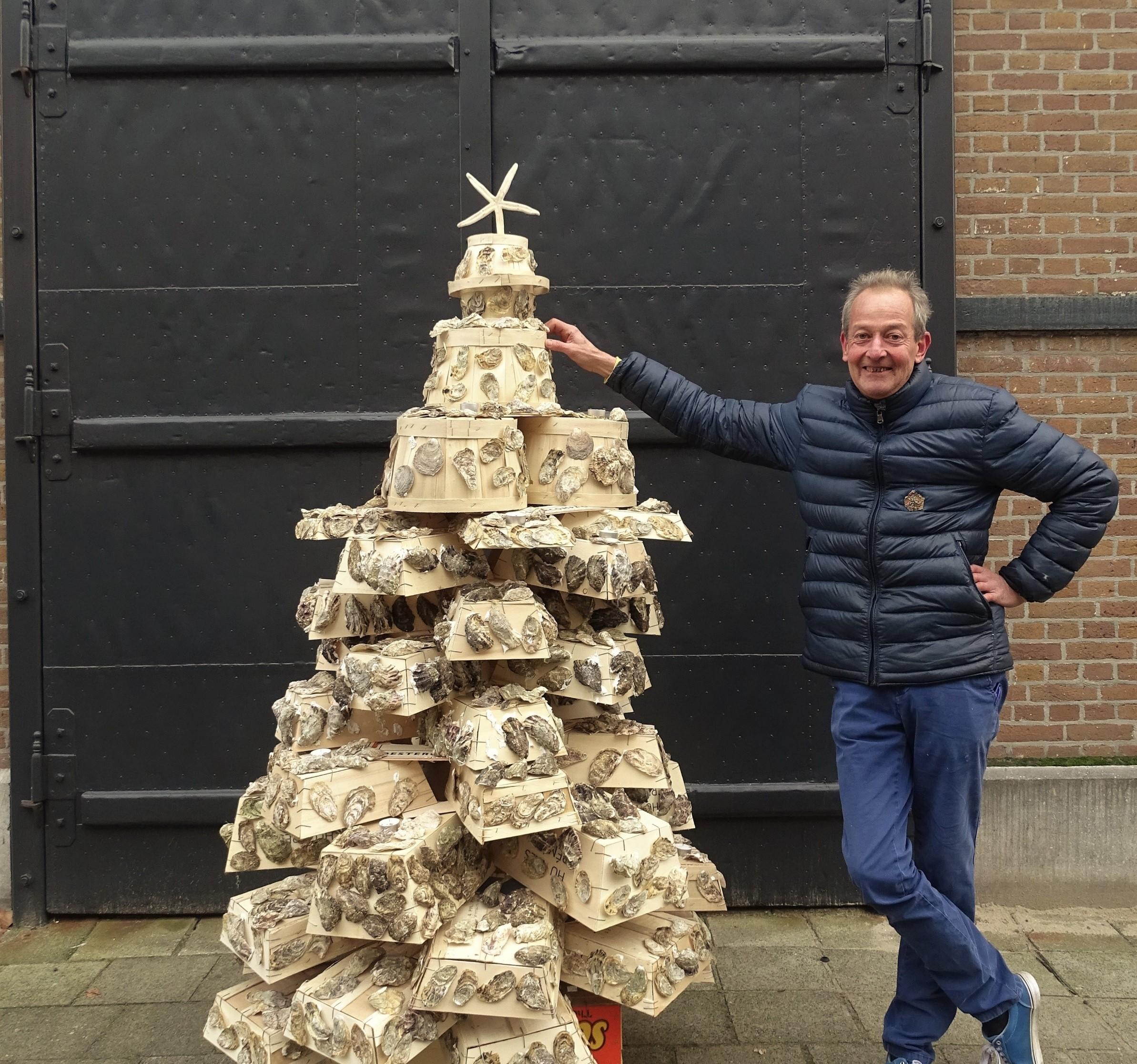 Tony en kerstboom van Oestermandjes en oesterschelpen