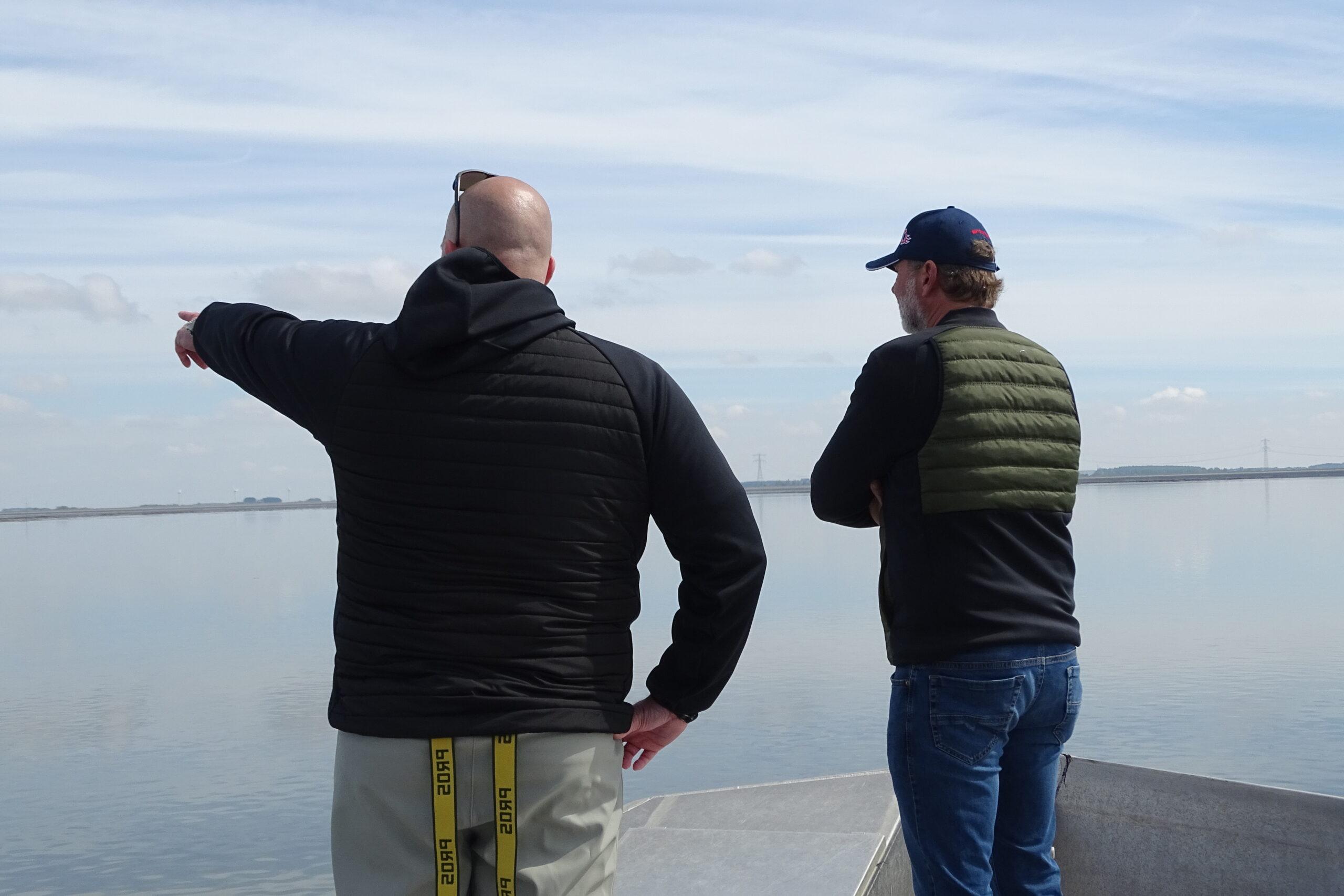 Twee oestermannen die uitkijken over de Oosterschelde